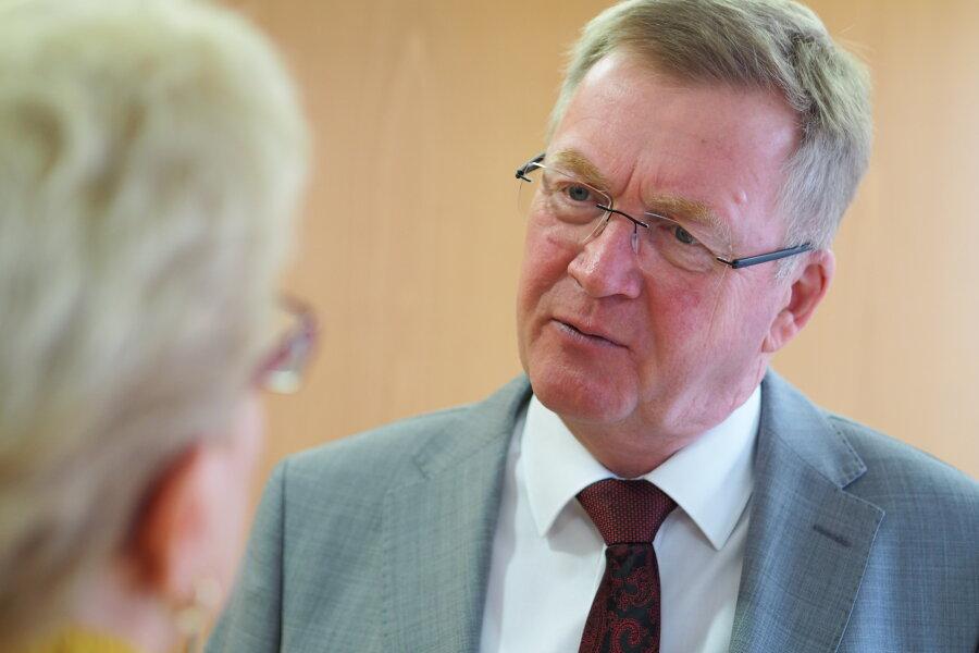 """""""Der Markt hatte 30 Jahre Zeit, die Dinge zu regeln. Er hat gezeigt, dass er sie nicht regeln kann"""", sagt Andreas Westerfellhaus, Pflegebevollmächtigter der Bundesregierung, hier im Gespräch mit Barbara Lauckner-Kempf von der Marienberger Lauckner Pflege GmbH."""