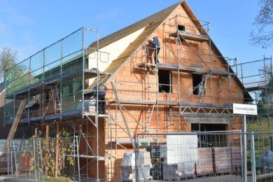 Ein Bild aus den letzten Arbeitstagen am neuen Vereinshaus: Mitarbeiter der Firma Holzbau Ebert aus Frauenstein arbeiten am Dach.