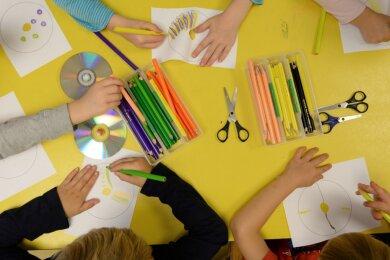 Kreative Tätigkeiten wie Malen und Basteln bringen Kita-Kinder in ihrer Entwicklung voran. In Plauen dreht sich die Debatte um die Frage, ob mehr Aufsicht besser ist oder mehr Selbstständigkeit.