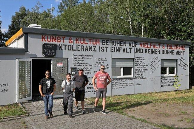 """Nicht nur vor, sondern auch im und hinter dem """"Riot"""" haben Lars Wagner, Norman Hartwig, Ilko Neubert, Norman Heißing (v.l.) und ihre Kollegen vom Verein """"Voice of Art"""" ganze Arbeit geleistet."""