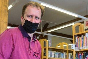 Der neue IT-Mitarbeiter Mario Frenzel in der Bibliothek in Hainichen.