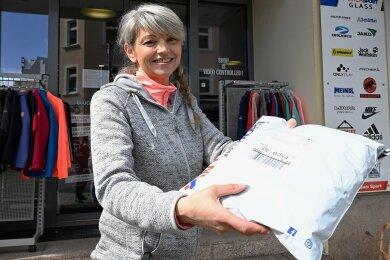 Bei Intersport Glass in Aue bekommen Kunden ihre Ware meist an der Tür überreicht. Im Bild: Filialleiterin Katja Kunzmann.