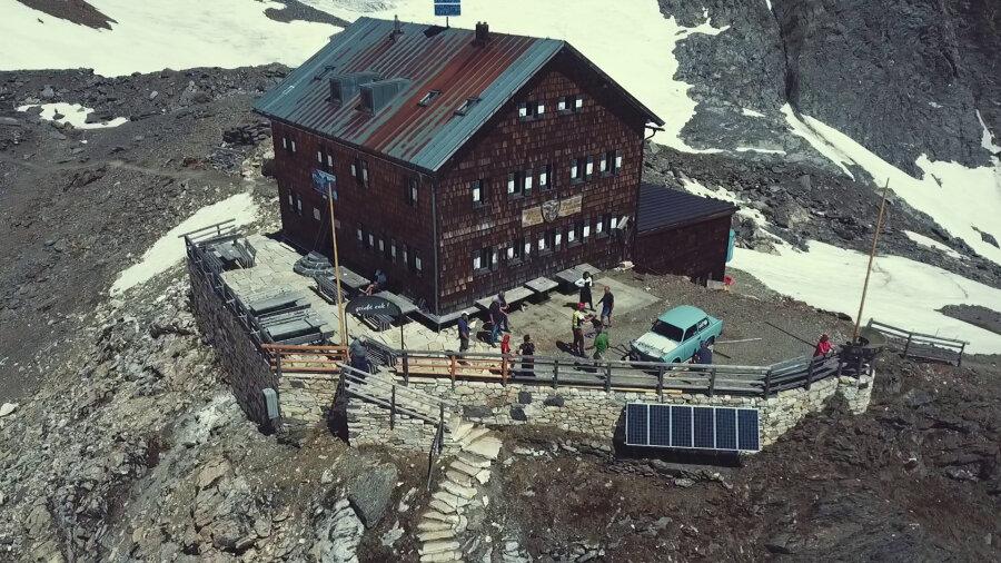 Zum Jubiläum wurde auch ein himmelblauer Trabant per Hubschrauer auf den Berg gebracht.