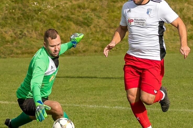 In der Kreisliga Ost eroberte der SV Deutschneudorf die Tabellenspitze. Das 1:0 erzielte dabei Matej Ruzicka, der VfB-Schlussmann Tim Wetzel umkurven und dann ins leere Tor einschieben konnte.