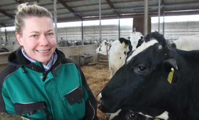 Diana Lenk-Gläser weiß genau was zu tun ist, damit sich die Kühe wohlfühlen.