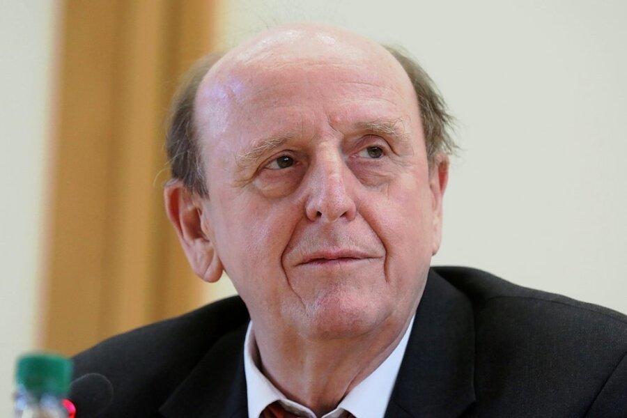 Christoph Scheurer (hier bei einer Pressekonferenz im März) meldet sich seit einigen Monaten verstärkt öffentlich zu Wort. Der 65-Jährige begründet das mit seinem Ärger darüber, dass die Landesregierung kurzatmig immer wieder neue Coronaregeln erlassen habe.