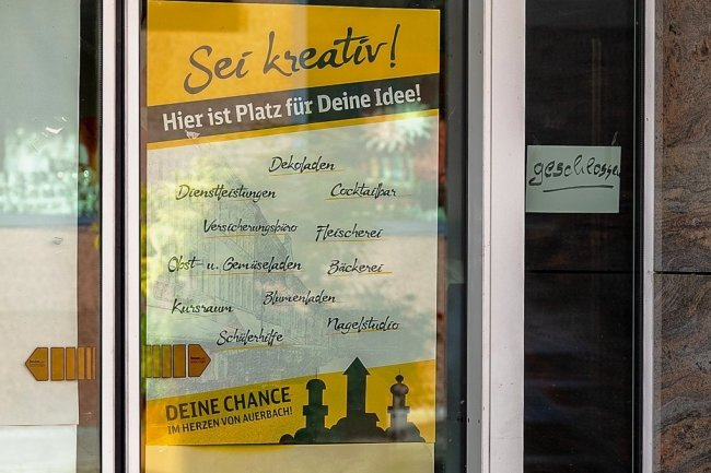 """""""Sei kreativ"""": Mit solchen Aushängen wirbt die Wia an leer stehenden Objekten (hier Café Temper) um Nachmieter."""