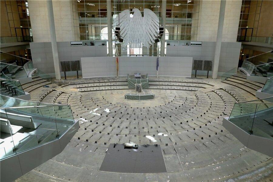Der Plenarsaal im Deutschen Bundestag ohne Stuhlreihen und Teppichboden: Müssen nach der nächsten Bundestagswahl deutlich weniger Stühle eingebaut werden?