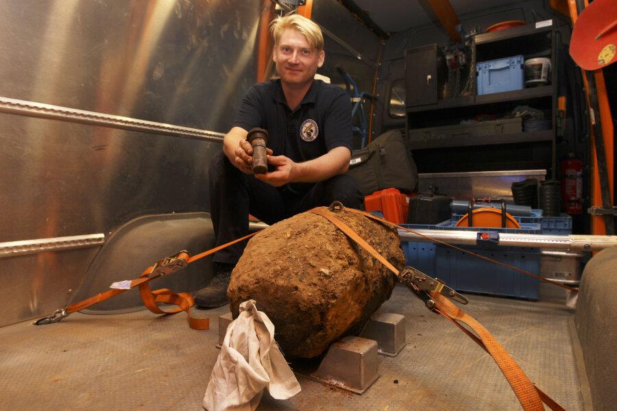 Unter Anleitung von Jörg Lange vom Kampfmittelbeseitigungsdienst entschärfte der 36-jährige Robert Ludewig seine erste Bombe.