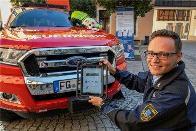 Anhand der Kennzeichen-Erfassung demonstriert Freibergs Feuerwehr-Chef Björn Rosenkranz die Feuerwehr-App. Die Funktion ist wichtig bei Unfällen - und darf auch nur da genutzt werden.