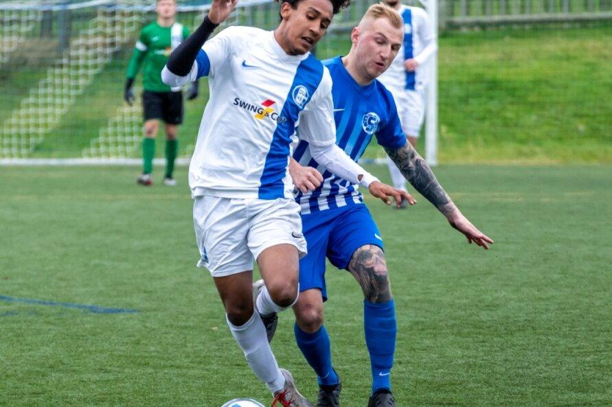 Edison Johandris Acosta Ochoa (l.) vom SV Großrückerswalde und Sosas Robin Teubner konnten sich am Sonntag jeweils mit einem Treffer in die Torjägerliste eintragen.