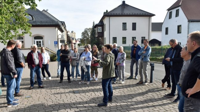 Ortsrundgang in Taura: Katharina Groß vom Planungsbüro Cima Leipzig (vorn Mitte) , das am Ortsentwicklungskonzept mitwirkt, will von den Einwohnernerfahren, was sie sich an Veränderungen in ihren Gemeinden wünschen und vorstellen können.