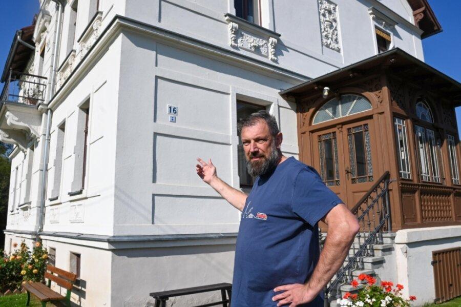 Martin Kaiser zeigt auf die Hausnummer 16 an der Fabrikstraße in Krumbach. In dieser Höhe stand das Wasser der Zschopau im August 2002. Jetzt soll der Lichtenauer Ortsteil besser vor einer Flut geschützt werden.