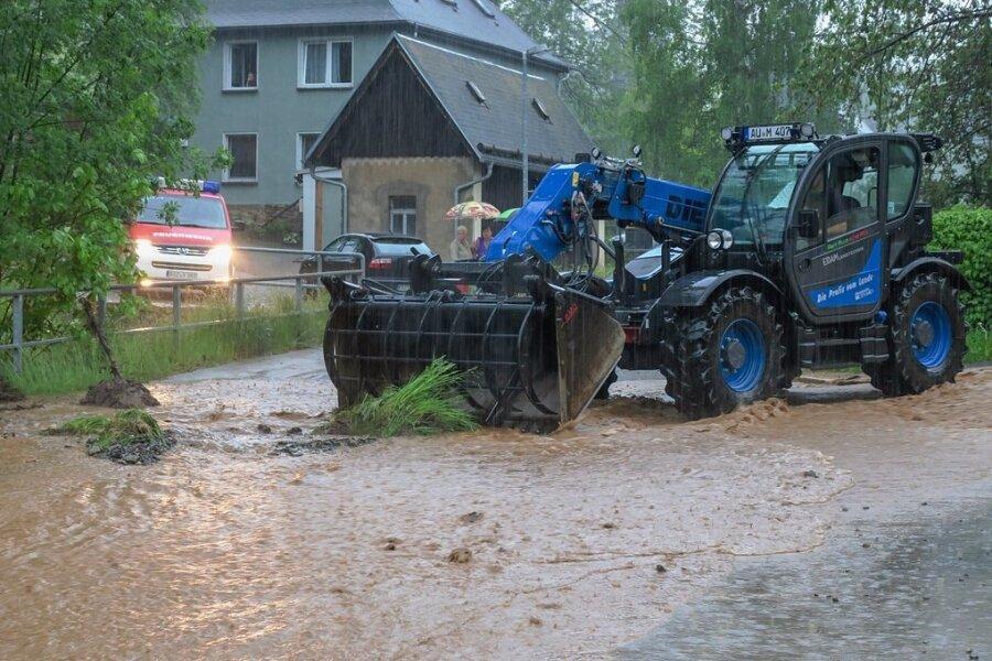 Um das Wasser abfließen zu lassen, wurde im Schneeberger Ortsteil Lindenau ein Durchlauf zum Bach errichtet.