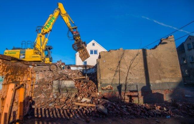 Die um das Jahr 1900 errichtete alte Schmiede von Hohndorf wird derzeit abgerissen.