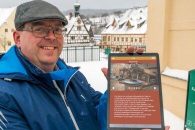 Udo Brückner demonstriert im Saigerhüttengelände die neuen digitalen Angebote.