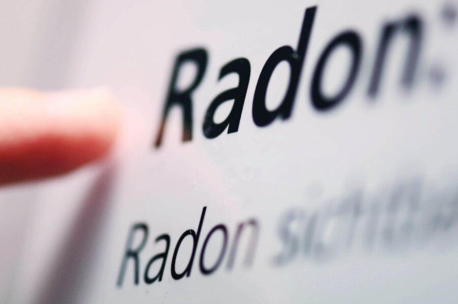 Radon ist ein natürliches radioaktives Edelgas, das überall im Boden entsteht. Wird es in erhöhten Mengen über einen längeren Zeitraum eingeatmet, kann es Lungenkrebs verursachen.