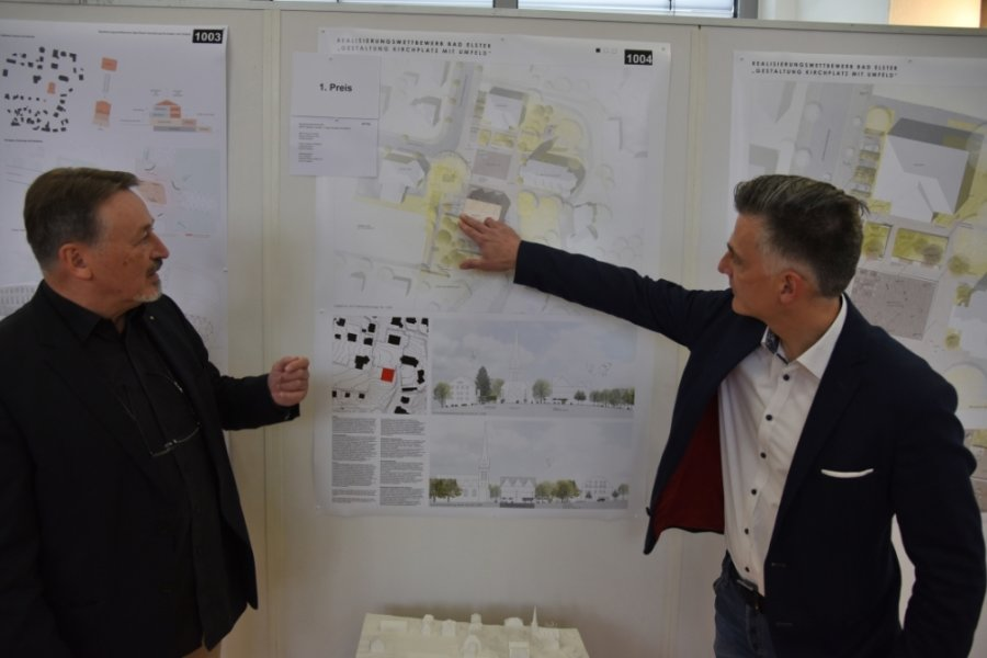 Bürgermeister Olaf Schlott (rechts) und Professor Heinz Nagler stellten den Sieger des Architektur-Wettbewerbs für die Neugestaltung des Kirchplatzes in Bad Elster vor.