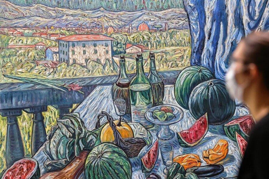 """Eine Idee davon, wie es wäre, in den Urlaub fahren zu können, ermöglicht die Ausstellung """"Italiensehnsucht"""" der Kunstsammlungen Zwickau. Gezeigt werden bis Ende Mai mehr als 100 Gemälde, Fotografien, Papierarbeiten und Skulpturen von deutschsprachigen Künstlerpaaren und -freunden aus dem frühen 20.Jahrhundert. Zu den Werken gehört """"Blick von der Villa Romana auf die Silhouette der Stadt Florenz"""" (Foto). Gemalt hat es ist der Künstler Theo von Brockhusen 1913. Zu den präsentierten Künstlern gehören ebenso Max Pechstein, Ernst Barlach, Gabriele Münter, Karl Schmidt-Rottluff und Anita Rée. Viele der Arbeiten stammen aus Privatbesitz oder aus anderen Museen. Zunächst müssen sich Kunstliebhaber aber mit der digitalen Präsentation in Form eines360-Grad-Rundgangs begnügen. """"Wir hoffen sehr, die Ausstellung auch bald für Besucher öffnen zu können"""", sagte Leiterin Petra Lewey. dpa www.kunstsammlungen-zwickau.de"""