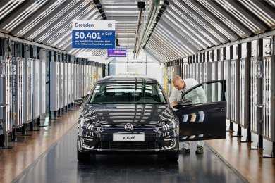 Qualitätskontrolle beim letzten E-Golf, der am Mittwoch in der Gläsernen Manufaktur von Volkswagen Sachsen vom Band rollt.