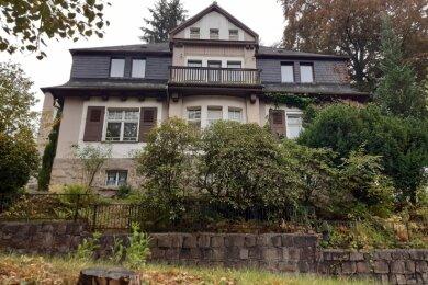 Diese vor etwa 110 Jahren für die Pfarrerfamilie Großmann gebaute Villa am Krummen Weg steht in bester Lage von Schwarzenberg. Sie ist zu haben. Bis Ende 2018 war der Seniorenverein Schlossblick ihr Nutzer.