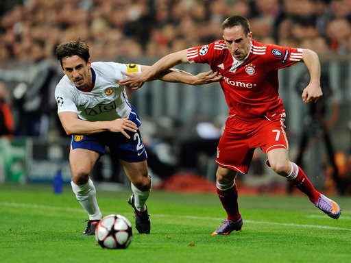 Franck Ribery (r.) im Duell mit Gary Neville