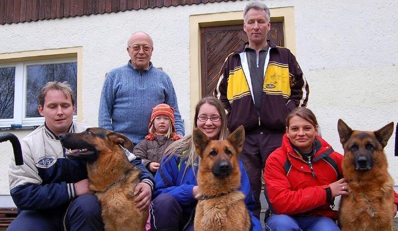 Arbeiten gern mit Schäferhunden (hinten von links): Rolf Köstler, Enkelin Roma und Gerald Claus. Vorn von links: Martin Claus mit Clausi, Anne Bierbaum mit Eileen und Stefanie Pech mit Timur.