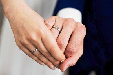 Trotz Pandemie wollen viele Paare nicht auf die Heirat verzichten. Bis Oktober 2020 haben sich 1184 Erzgebirger das Ja-Wort gegeben, im ganzen Vorjahr 2019 waren es 1322.
