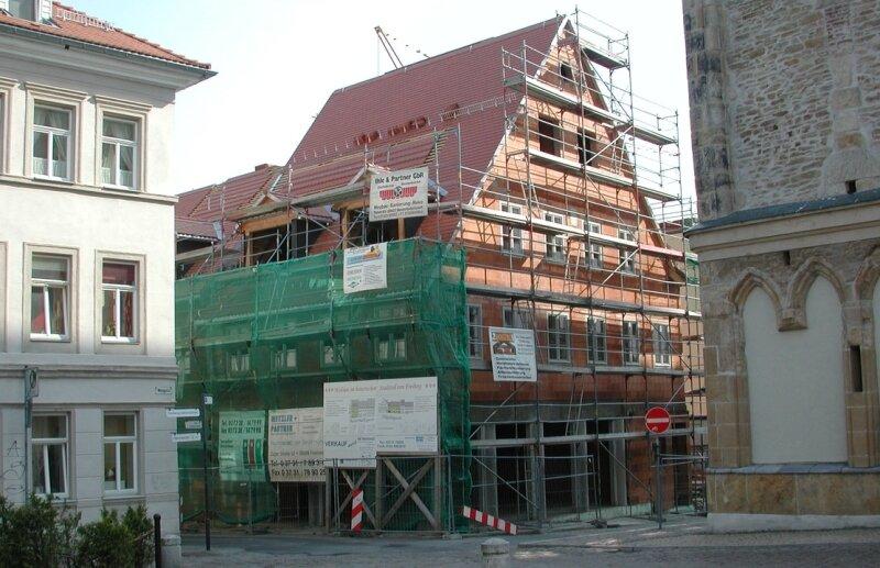 """<p class=""""artikelinhalt"""">Im Eckgebäude Nikolaigasse/Buttermarktgasse entstehen Wohnungen und eine Gaststätte. </p>"""