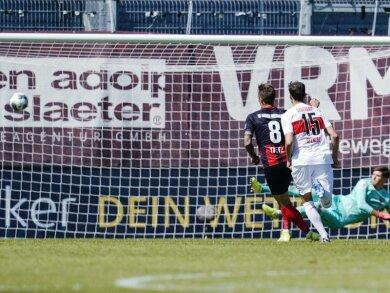 Durch die Entscheidung des Schiedsrichters auf Elfmeter verlor der VfB Stuttgart bei SV Wehen Wiesbaden mit 1:2.