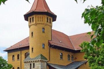 Sieht aus wie eine Burg, ist aber keine. Das Gebäude gehört zur einstigen Kaserne im Westend.