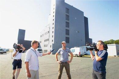Der Geschäftsführer der Rubinmühle in Plauen, Christopher Rubin, stand am Mittwochmorgen dem ARD-Reporterteam Rede und Antwort.