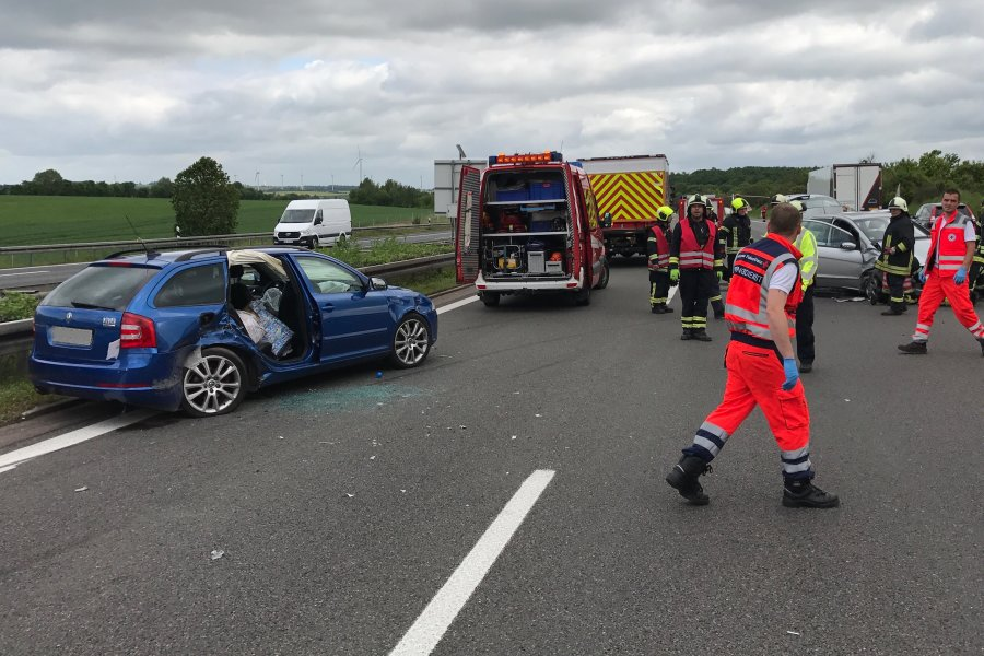Bei einem Unfall auf der A4 zwischen Siebenlehn und Dreieck Nossen sind mehrere Personen verletzt worden.