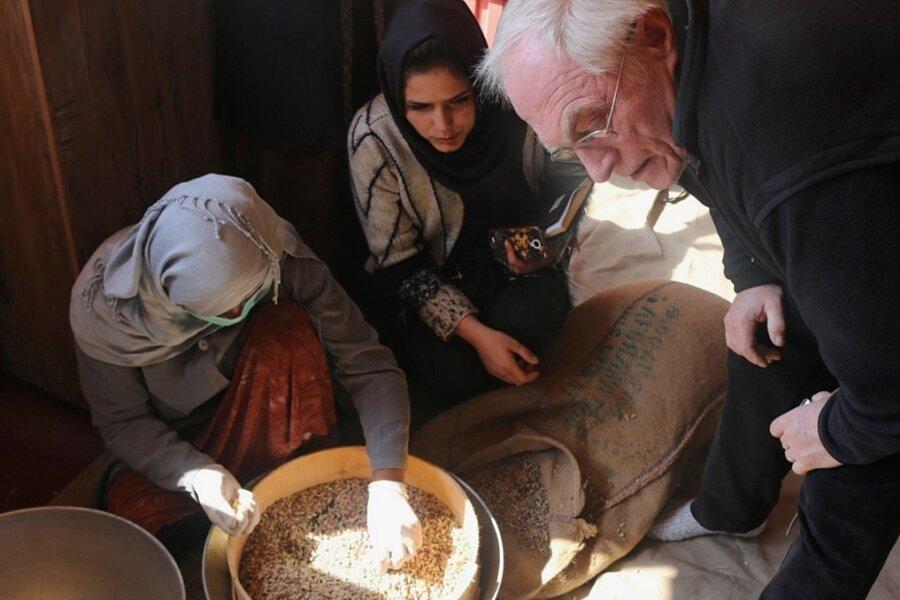 Hauptsächlich Afghaninnen erfuhren im Projekt zur Nussproduktion, wie sie die Qualität der Nüsse prüfen können. Wolfram Fischer schaute zu.