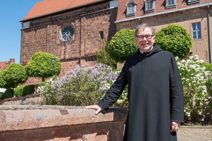 Am Kloster Wechselburg, im Foto Pater Ansgar, einer der dort lebenden Mönche, startet die Wallfahrt.