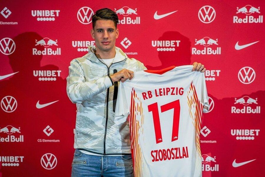 Neuzugang Dominik Szoboszlai mit seinem neuen Trikot.