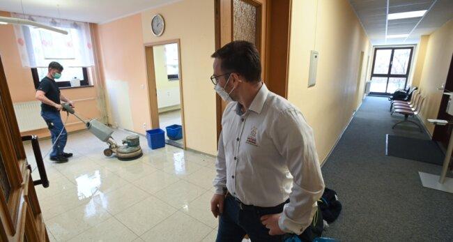 Die Zimmer der ehemaligen Arztpraxis im Limbach-Oberfrohnaer Ärztehaus werden derzeit sauber gemacht. Ab kommender Woche werden Möbel und Technik eingeräumt. Das Testzentrum von Apotheker Oliver Hildebrandt (vorn) eröffnet voraussichtlich Mitte Februar.