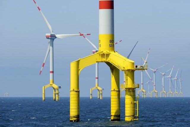Vor allem Offshore-Windparks (im Foto Anlagen vor Helgoland) verteuern die Ökostrombilanz.