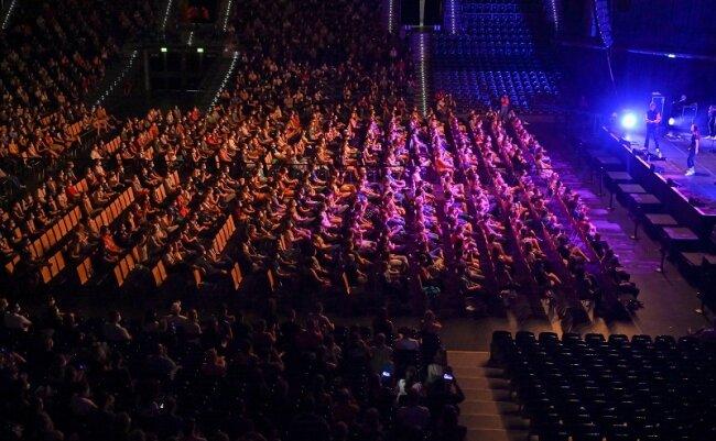 Probanden eines Großversuchs der Universitätsmedizin Halle/Saale verfolgen in der Arena Leipzig ein Konzert des Popsängers Tim Bendzko.