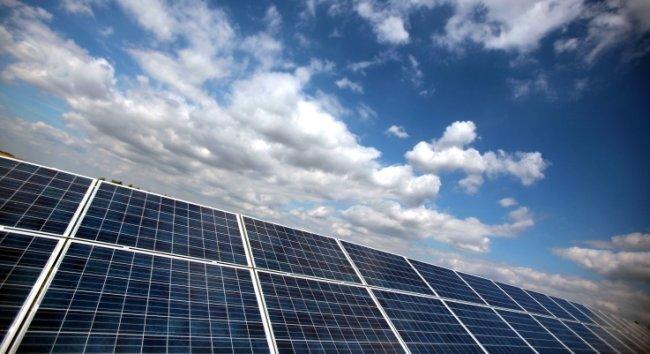 Eigentümer von Acker- und Grünland in Sachsen sollen künftig Subventionen für die Errichtung von Solarparks erhalten, wenn ihre Flächen in landwirtschaftlich benachteiligten Gebieten liegen.