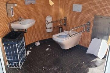 Die Toilette am Spielplatz wurde beschädigt.