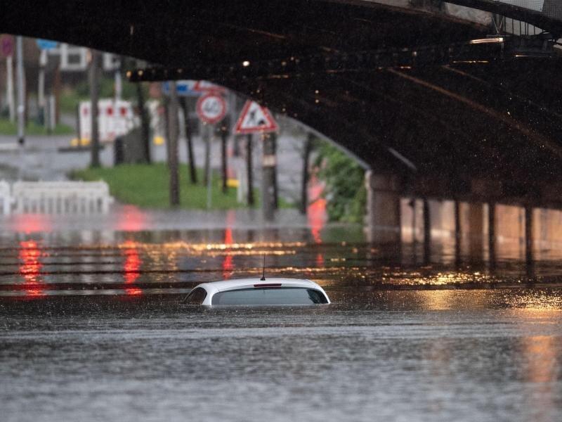 Schätzungen zufolge sind rund 40.000 Kraftfahrzeuge durch die Fluten beschädigt oder zerstört worden.