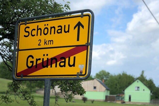 Kameraden der Feuerwehr zogen die Leiche aus dem Weiher im Langenweißbacher Ortsteil Grünau.