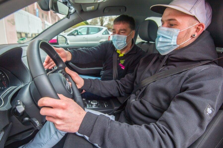 Steve Andrachko (rechts) gehörte in der Vorwoche zu den Fahrschülern, die bei der Fahrschule Hübner in Aue wieder Fahrstunden bei Fahrlehrer Ulf Breitfeld nehmen durften. Der junge Mann braucht den Führerschein zur Ausübung seines Berufs im Ladenbau.