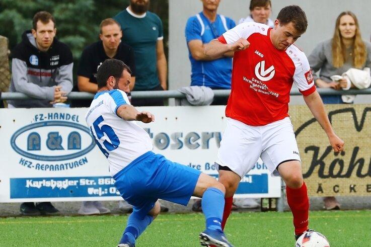 Kreispokal-Halbfinale: Johann Süß vom SV Neudorf II versucht, Andy Schuffenhauer vom SV Großrückerswalde II (l.) zu umkurven.