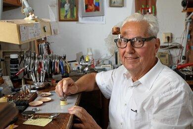 Helmut Gnauck hilft immer noch in der Werkstatt des Familienbetriebes an der Marienstraße in der Meerane. Zudem engagiert sich der 79-Jährige in der Kreishandwerkerschaft und im Feuerwehrverein.