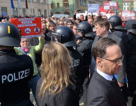 Justizminister Heiko Maas (vorn rechts) ist am Sonntag bei der Maikundgebung auf dem Zwickauer Hauptmarkt von Demonstranten des Bürgerforums Zwickau, darunter Rechtsextremen, niedergebrüllt worden.