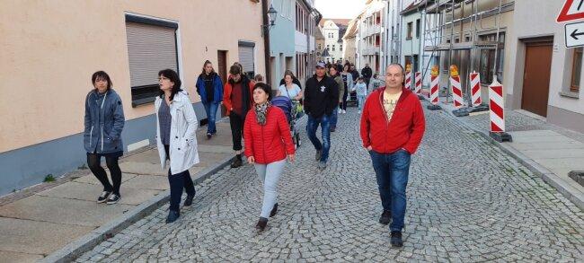Knapp 50 Teilnehmer haben sich am Donnerstagabend an einem Spaziergang rund um den Peniger Marktplatz beteiligt.