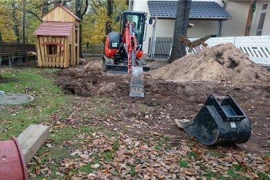 Eine Spezialfirma hat das Gebiet um den Fundort am Rochlitzer Berg am Mittwochvormittag gründlich nach weiteren Kampfmittel abgesucht. Am Donnerstag können die Bauarbeiten weitergehen.
