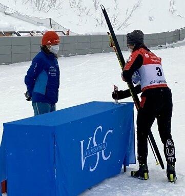 Manuel Einkammer holt bei Marika Ziron-Schröder seinen Pokal ab.